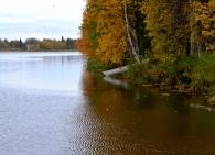 Heijastuksia joen pinnalla